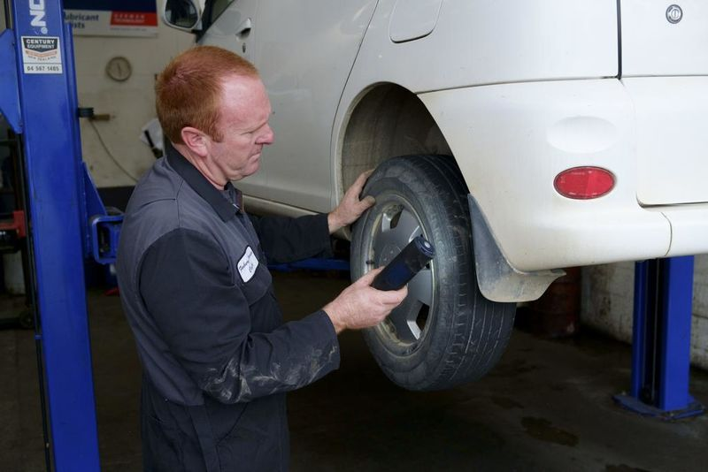 Checking the tyre pressure
